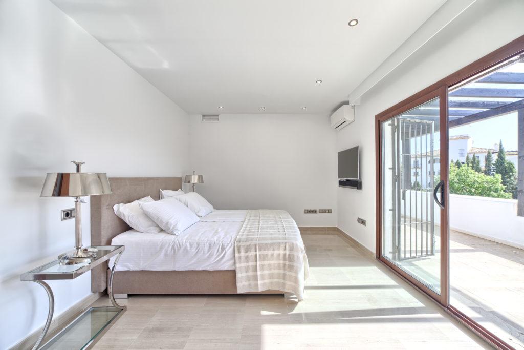 Large 8 Bedroom Villa Nueva Andalucia
